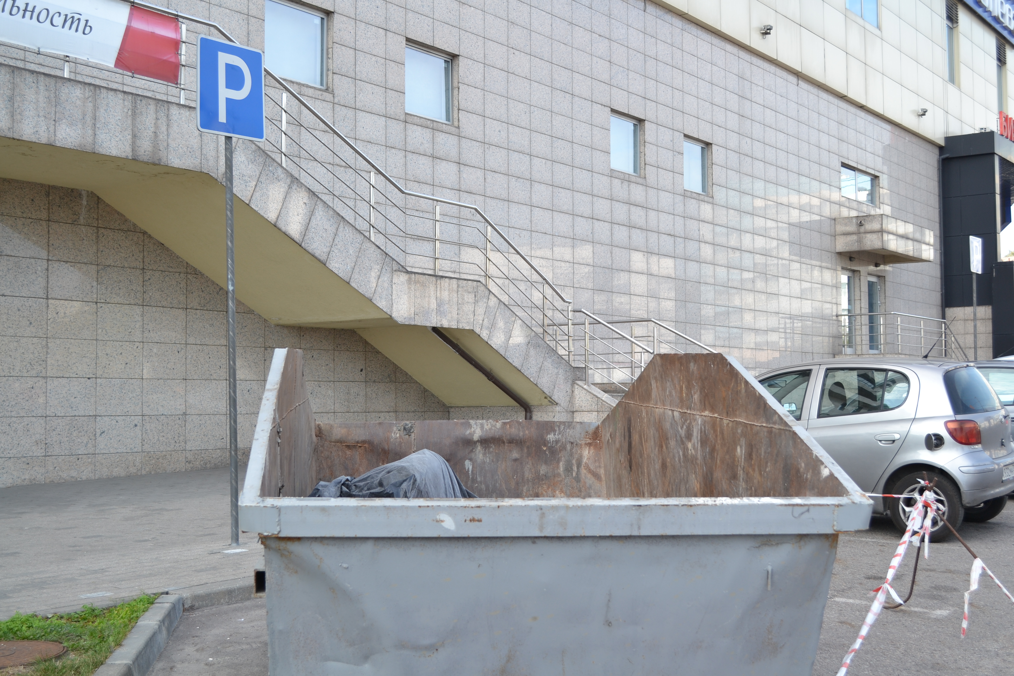 Контейнер для вывоза мусора, объём восемь кубов: Небольшой и маневренный контейнер, пользуется спросом как в черте города, так и за его пределами. Идеально подходит для вывоза мусора с густой застройки, после ремонта квартир, реставрации зданий и сооружений, на строительных площадках для сбора мусора, лидирует именно этот контейнер.